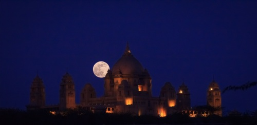 Thanks to enigmatic Wikicommons contributor Gk1089 for this image of a supermoon over the Umaid Bhavan Temple in Jodhpur, India